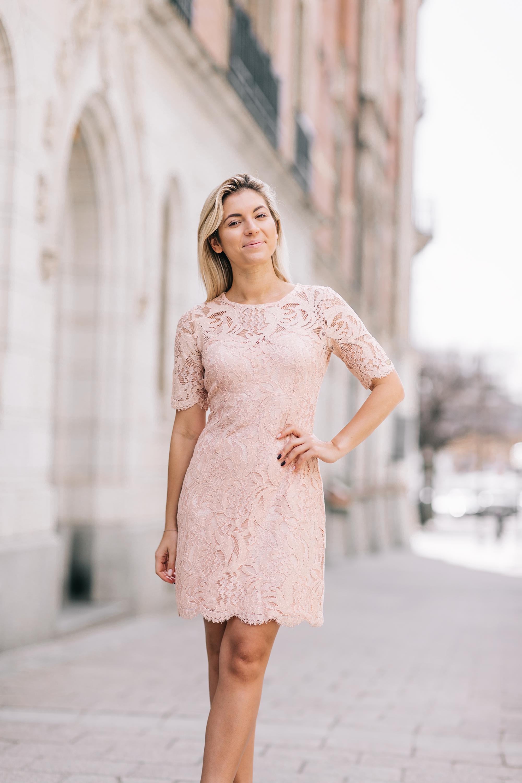 898b876ff056 Puderrosa klänning (finns även i vitt!) från Chiara Forthi som finns på  Bubbleroom.